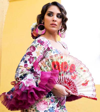 mujer con abanico de flamenca